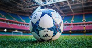Fútbol. Tres postales por un peso